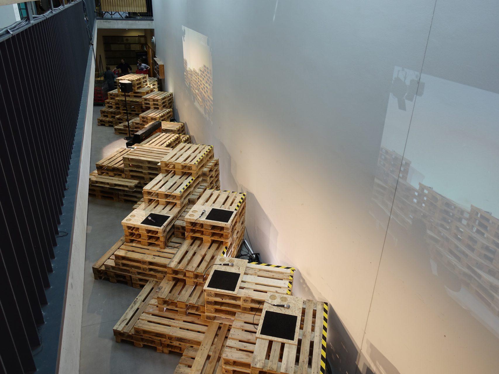 Vom Modell zu 25 m Bühne aus 400 Paletten. Die Palettenlandschaft verband zudem drei Projektionen und drei live Kameras. © Jörg Kiefel