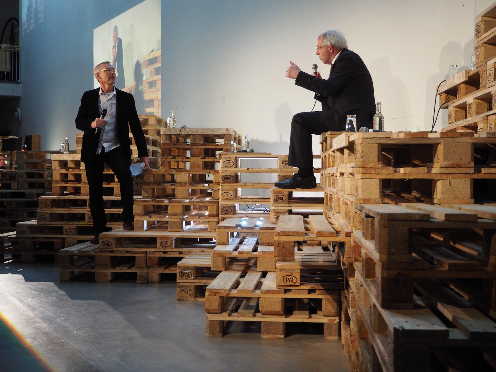 Moderiert wurde der Abend von Lucas Verweij (Architekt, Autor und Dozent). © Dirk Schelpmeier
